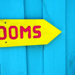 Foto Stock: Yellow sign to rooms