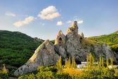 Circondato da montagne di roccia. — Foto Stock