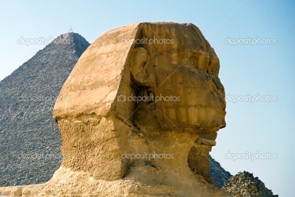 The head of the Sphinx in the background of the Cheops pyramid — Stock Photo #11330751