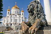 Mesih i̇sa katedrali, moskova ile aslan uzanmış manument — Stok fotoğraf