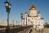 Brug naar de patriarchale kathedraal van christus de verlosser in moskou — Stockfoto