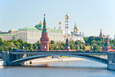 The Kremlin, Moscow, Bolshoy Stone Bridge, Vodovzvodnaya (Sviblova) Tower, the Kremlin Palace and Cathedrals — Stock Photo