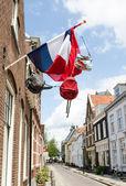 Rue avec drapeau et sacs — Photo