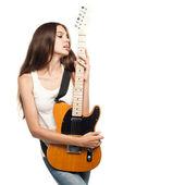 Piękna młoda kobieta z gitara elektryczna — Zdjęcie stockowe