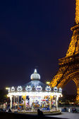 Eiffelova věž a jeho caroussel — Stock fotografie