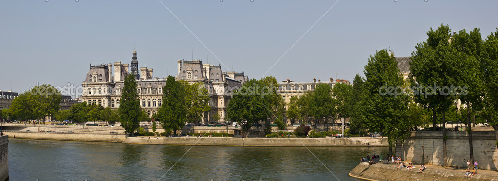 The Marais (Paris) have become a fashionable district, home to many trendy restaurants, fashion houses and hype galleries. It is known also for his important gay community. — Foto Stock #11420246