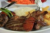 Entrecostos grelhados, batatas cozidas e salada de legumes — Fotografia Stock