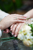 Hands with wedding rings newlyweds — Stockfoto