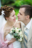 Sposi felici a piedi da sposa — Foto Stock