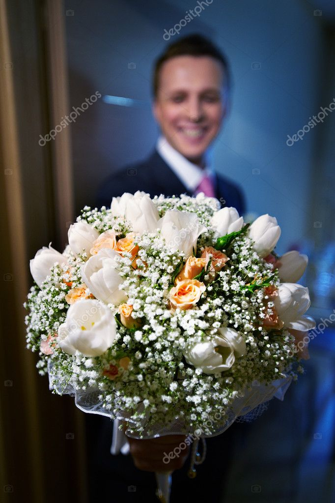 Groom with the bride's bouquet — Stock Photo #10853474