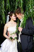 L'heureux couple, mariée et le marié, lors d'une promenade de mariage — Photo