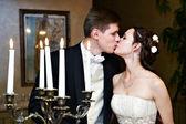 Romantisch huwelijk kus — Stockfoto