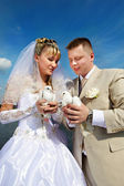 Bride and groom with pigeons — Stock Photo