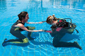Learning to scuba dive — Stock Photo