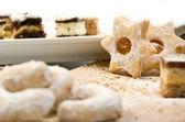Sacco di torte e biscotti su un piatto isolato su bianco — Foto Stock