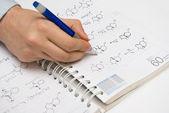 Student ritning strukturella formler i en anteckningsbok som kemi — Stockfoto