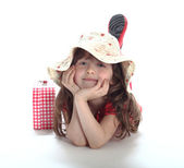 The little girl lies in a hat — Stockfoto