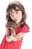 The girl kisses a turtle — Stock Photo