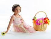 Flickan med blommor i korg — Stockfoto