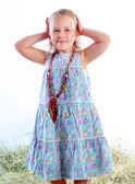 La chica en una hermosa perlas cepilla el pelo — Foto de Stock