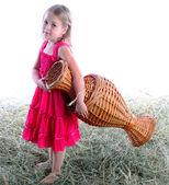 Dívka s wattled džbán naboso na seno — Stock fotografie