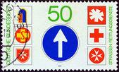 """Alemanha - por volta de 1979: um selo impresso na alemanha de mostra a questão """"resgatar serviços na estrada"""" emblemas de serviços de resgate, por volta de 1979. — Fotografia Stock"""