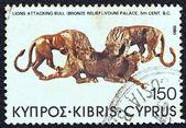 """Chipre - circa 1980: un sello impreso en chipre de la cuestión """"descubrimientos arqueológicos"""" mostrando los leones atacando a un toro (relieve en bronce) encontrado en el palacio vouni (siglo v a.c.), circa 1980. — Foto de Stock"""