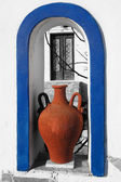 Traditional Greek Vase with old door in Santorini, Fira, Greece — Stock Photo