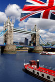 イギリスの旗を持つロンドン タワー ブリッジ — ストック写真