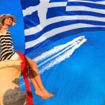 seksi kadın yukarıda Yunanistan bayrağı ile masmavi deniz kaya — Stok fotoğraf