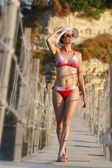 Sexig kvinna på träbro över havet — Stockfoto