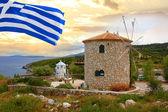 Mulino a vento tradizionale in grecia con bandiere greche — Foto Stock