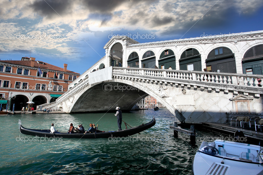 Venice, Ponte Rialto bridge with gondola — Stock Photo #11275042