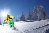 Skiër skiën afdaling in de hoge bergen — Stockfoto