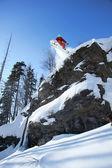 Snowboardista skákání proti modré obloze — Stock fotografie