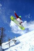 Snowboard karşı mavi gökyüzü atlama — Foto de Stock