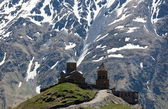 Gergeti Trinity Church and Caucasus Mountains. Stepantsminda. Georgia. — Stock Photo