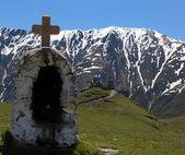 Gergeti Trinity Church and Caucasus Mountains. Stepantsminda. Georgia. — Stock Photo