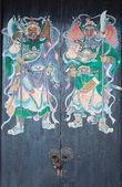 Zwei krieger (tür götter) am tor der yeung heu tempel. hong kong. — Stockfoto