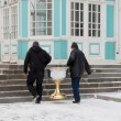 Two men carrying baptistery. Smolenk Russia — ストック写真