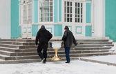 Dois homens carregando o batistério. smolenk rússia — Fotografia Stock
