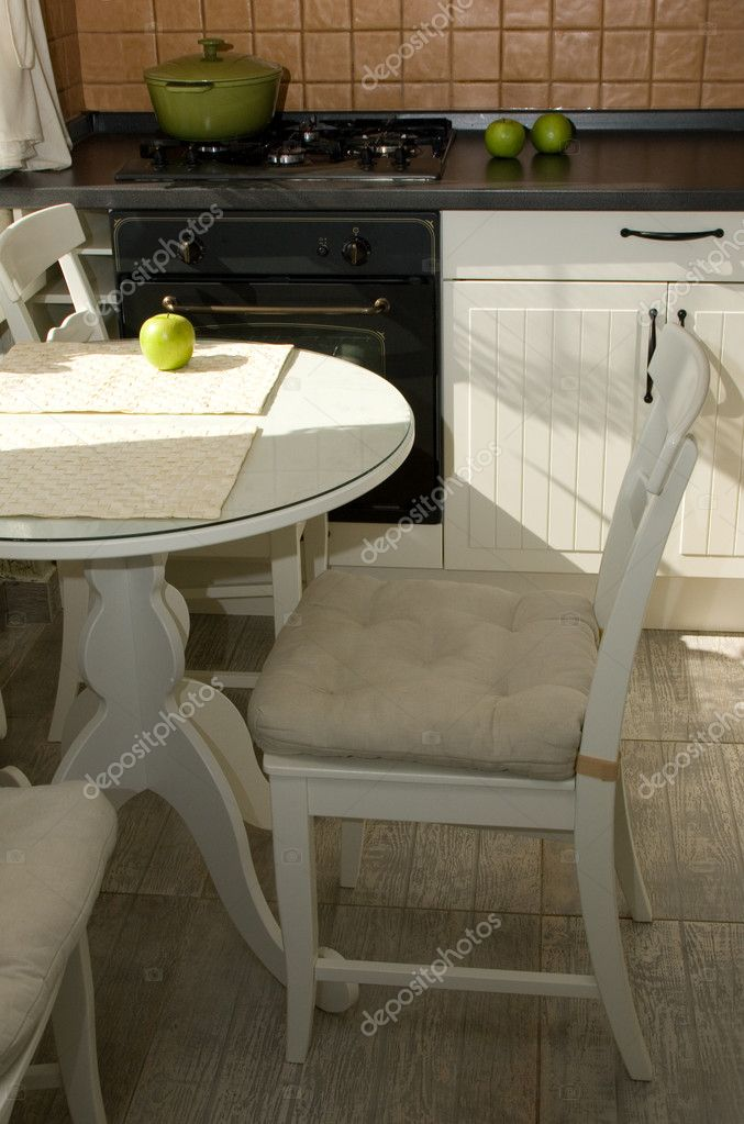 Обеденный стол в маленькой кухне в интерьере