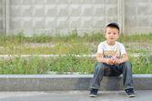 мальчик на бордюр — Стоковое фото