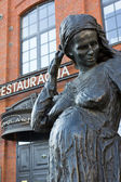 Lofts de Girard, Zyrardow in Poland, Restaurant Szpularnia,statue of pregnant workers — Foto de Stock