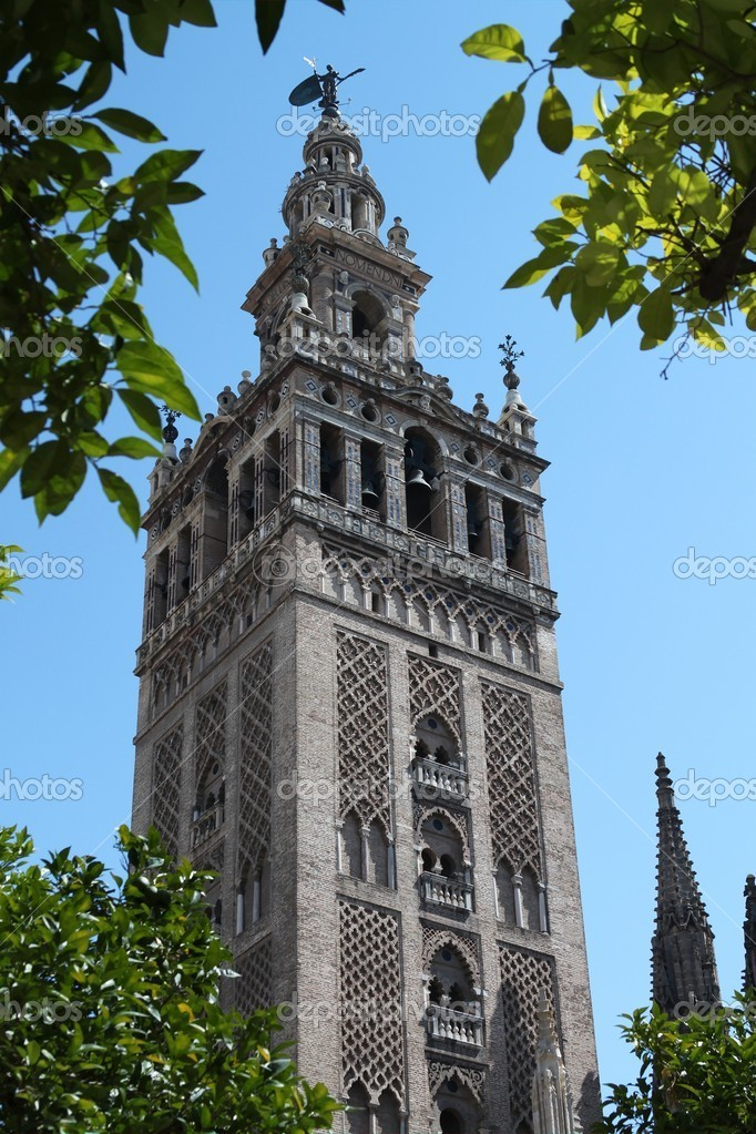 Cathedral of Saint Mary of the See, known as Seville Cathedral, Sevilla in Spain, Giralda.Cathedral, the largest cathedral and the third-largest church in the world, also serves as the burial site of Christopher Columbus — Stock Photo #11392480