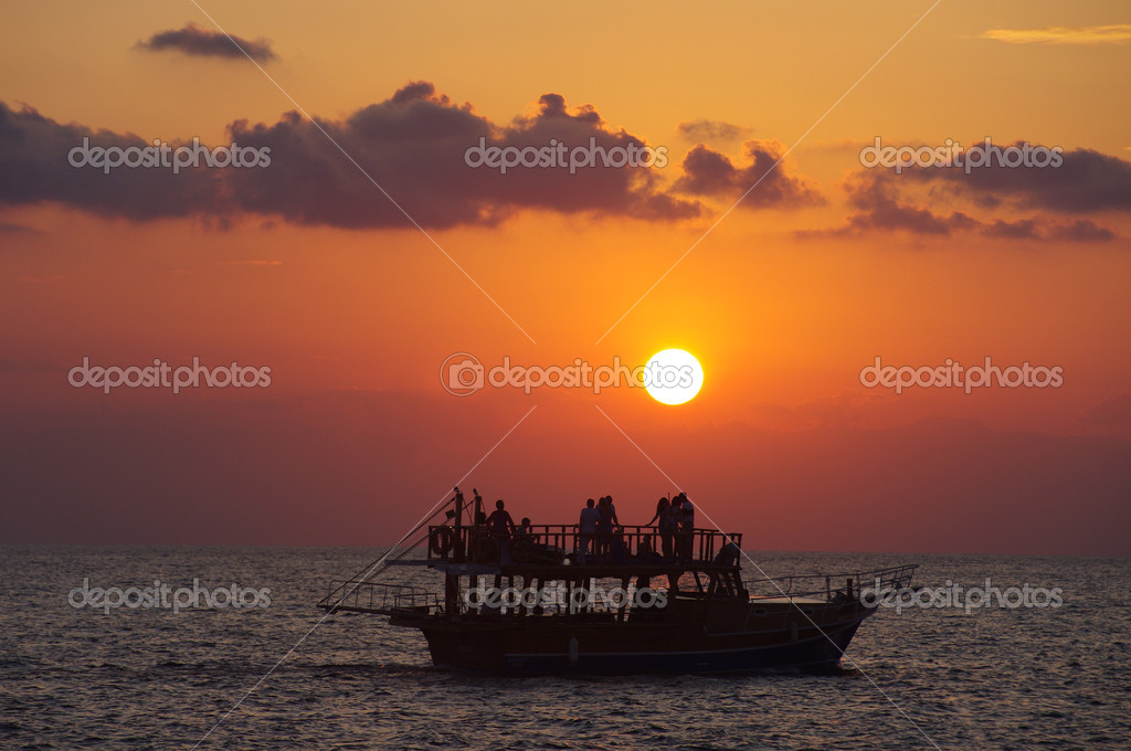 Sunset boat in Side, Turkey — Stock Photo #10769684