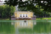 Patriarshi ponds and outdoor cafe in Moscow — Stock Photo
