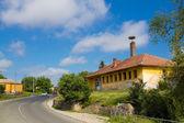Hus med stork boet — Stockfoto