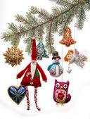Juguetes de navidad vintage en rama de árbol de abeto — Foto de Stock