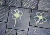 Flores - tiza pavimento dibujo - giradas — Foto de Stock
